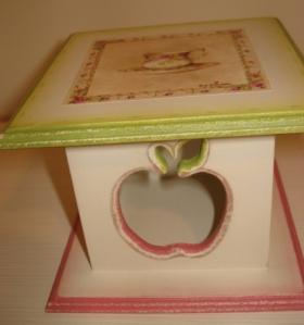 Caixinha Chás (quadrada peq.) com maçã vazada na lateral